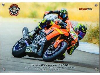 רוכב אופנוע על תמונה מזכוכית