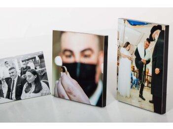 שלישיית תמונות מודפסות על בלוק עץ